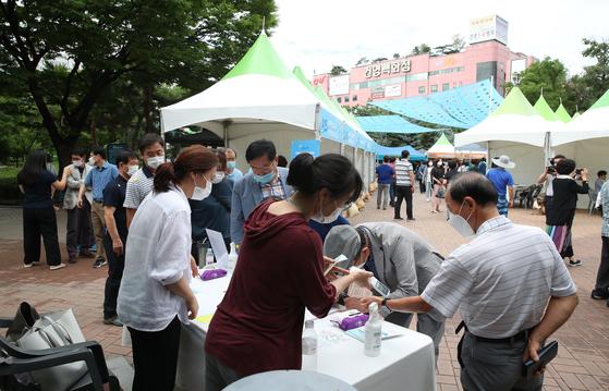 15일 오전 서울 노원구 중계근린공원에서 열린 2020 노원구 일자리박람회를 찾은 시민들이 코로나19 확산 방지를 위해 발열 체크를 하고 있다. 우상조 기자