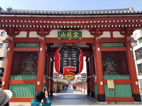 지난 5월 1일 도쿄의 대표적인 관광지 센소지(?草寺)의 가미나리몬(雷門)의 모습. 평소 국내외 관광객으로 혼잡한 곳인데 신종 코로나바이러스 감염증(코로나19) 확산으로 시민들이 외출을 자제하면서 썰렁한 모습이다. [윤설영 특파원]