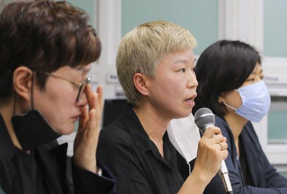 13일 오후 서울시 은평구 한국여성의전화에서 열린 '서울시장에 의한 성추행 사건 기자회견'에서 피해자 대리인 김재련 변호사(왼쪽 두 번째)가 사건의 경위를 설명하고 있다. 현장기자단.