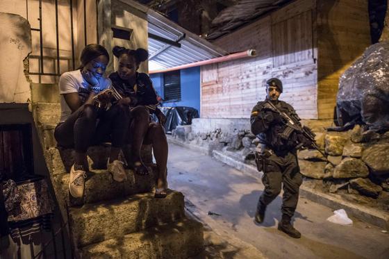 지난 2월 콜롬비아 메델린에서 경찰이 순찰하고 있다. AFP=연합뉴스