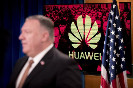 """미국이 중국 기업 화웨이를 전방위적으로 압박하는 가운데 15일(현지시간) 마이크 폼페이오 미 국무장관이 """"중국 기술 기업의 일부 직원에 비자 제한을 하기로 했다""""고 밝혔다. 사진은 화웨이 로고를 배경으로 브리핑 중인 폼페이오 장관. [AP=연합뉴스]"""