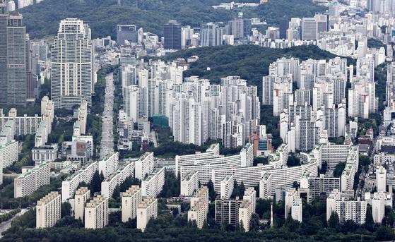 다주택자가 절세 목적 등으로 증여한 주택이 30대에게 가장 많이 간 것으로 나타났다. 사진은 서울 송파구 롯데월드타워 서울스카이 전망대에서 바라본 아파트. [뉴스1]