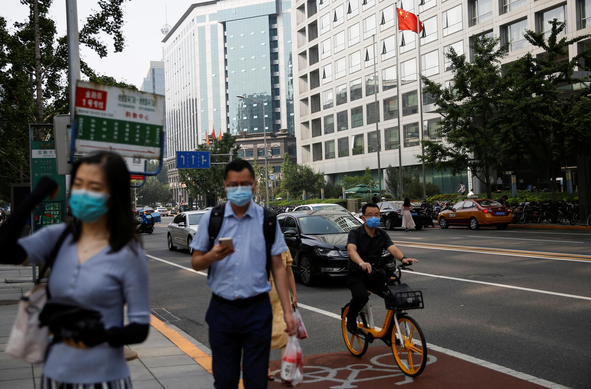 16일 베이징 시내를 걷고 있는 중국 시민들. [로이터=연합뉴스]