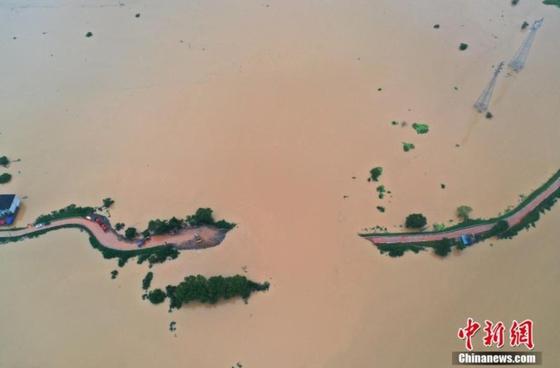 10일 장시성 포양호가 홍수로 물이 불어 인근 도로가 물에 잠겼다. [중신망 캡처]