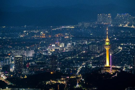 대구의 밤은 아름답다. 한국관광공사에서 선정한 전국 야간관광 명소 100선 중에 다섯 곳이 대구에 있다. 앞산 전망대에서 바라본 대구 도심 야경. 서울 남산타워처럼 서 있는 타워가 이월드 83타워다. 장진영 기자