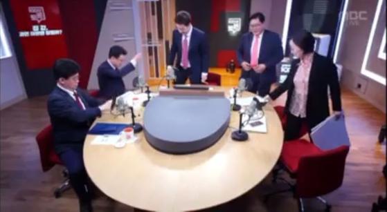 """16일 오후 방영된 MBC '100분 토론'에서 7·10 부동산 대책을 주제로 토론한 뒤 마이크가 꺼지지 않은 상태로 진성준 더불어민주당 의원이 """"그렇게 해도 안 떨어질 거다""""라고 발언해 논란을 빚었다. [MBC 유튜브 캡처]"""