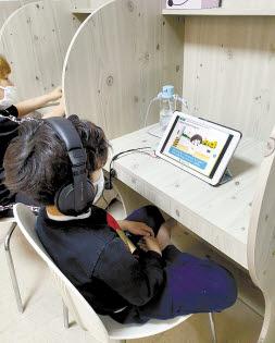 한 아동이 희망친구 기아대책 산하 지역아동센터 '행복한홈스쿨'에서 온라인 수업을 듣고 있다. [사진 희망친구 기아대책]