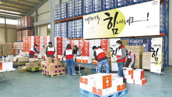 희망브리지 전국재해구호협회는 코로나19 극복을 위해 트럭 4만5000대 분량의 물품 971만여 점을 지원했다. 파주재해구호물류센터에서 구호 물품을 정리하는 모습. [사진 희망브리지]
