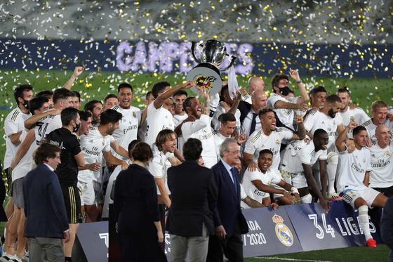 스페인 프리메라리가 우승 세리머니에서 환호하는 레알 마드리드 선수들. [EPA=연합뉴스]