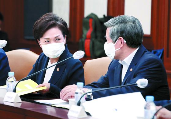 김현미 국토교통부(왼쪽)·정경두 국방부 장관이 16일 정부서울청사에서 대화하고 있다. [뉴스1]