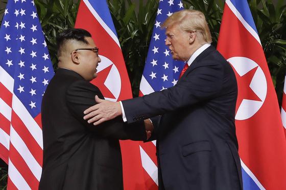 2018년 싱가포르 정상회담에서 만난 도널드 트럼프 미국 대통령과 김정은 북한 국무위원장.[연합뉴스]