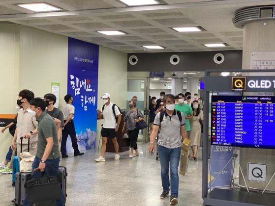지난 18일 오후 7시 제주공항을 도착 게이트를 통해 많은 관광객들이 제주로 들어오고 있다. 최충일 기자