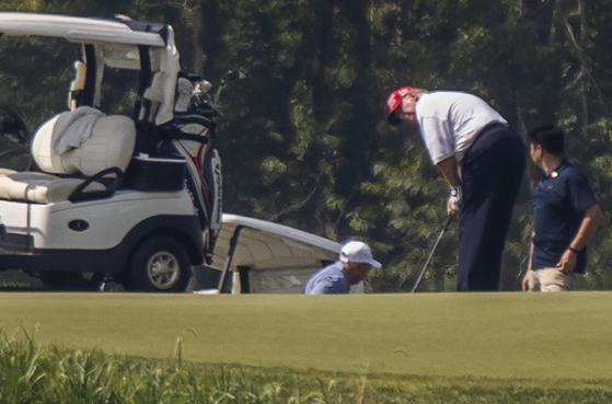 19일(현지시간) 도널드 트럼프 미국 대통령이 린지 그레이엄 상원의원과 골프 회동을 가졌다. AP=연합뉴스