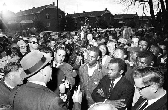 1965년 2월 미국 앨라바마주 셀마의 흑인차별 철폐 시위 선봉에 선 존 루이스(오른쪽 첫째). [AP=연합뉴스]