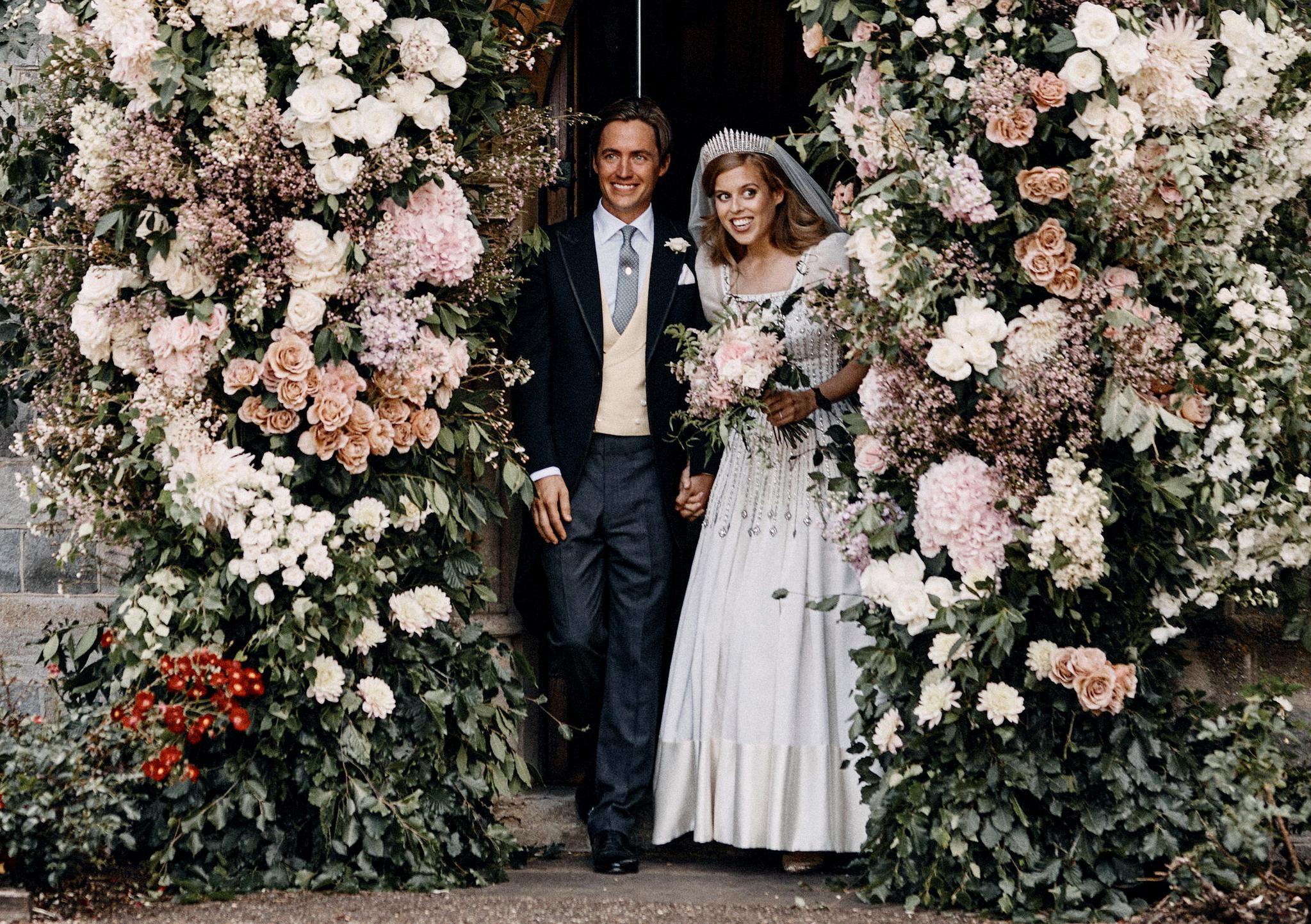 [서소문사진관] 영국 공주 베아트리체, 할머니 엘리자베스 드레스 입고 웨딩 마치