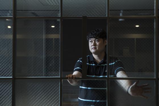 지난 5월 서울 마포구 창작과비평사 사옥에서 포즈를 취한 김봉곤 작가. 김성룡 기자