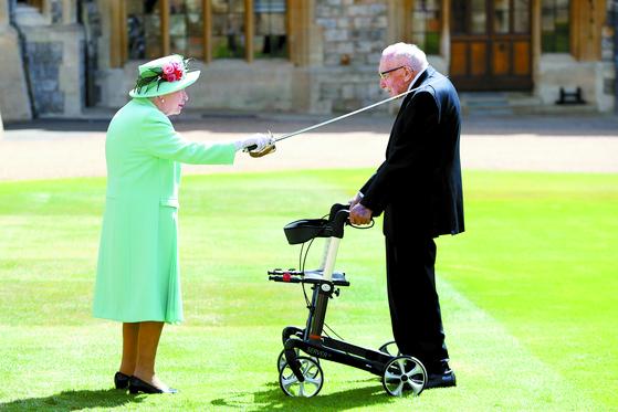 [사진] 94세 여왕, 100세 톰 무어에게 기사 작위