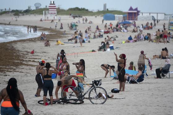 18일(현지시간) 미국 남부 플로리다주의 마이애미비치 해변에서 피서객들이 일광욕을 즐기고 있다.[EPA=연합뉴스]