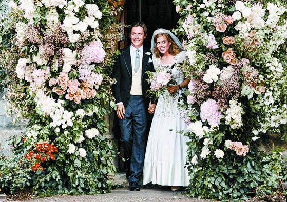 성추문父 부끄러웠나…딸 결혼식 사진서 빠진 英앤드루 왕자