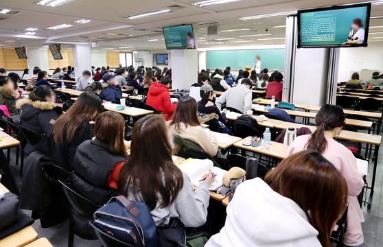 서울시 영등포구 노량진동의 한 학원에서 수강생들이 강의를 듣고 있다. 우상조 기자