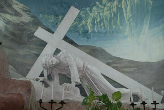 이스라엘 예루살렘 십자가의 길에 있는 교회에 있는 예수상. 십자가를 짊어진 채 예수가 쓰러져 있다. 예루살렘=백성호 기자