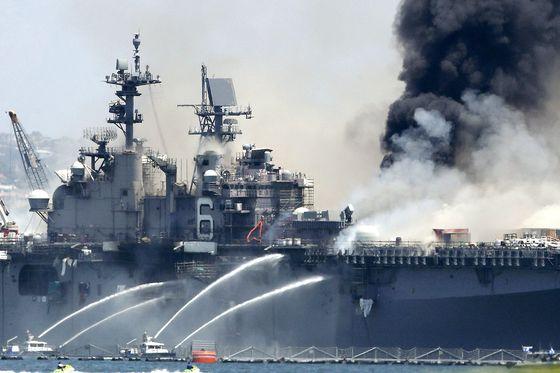14일(현지시간) 미 캘리포니아주 샌디에이고 해군기지에서 승조원들이 강습상륙함 본험 리처드호에 물을 뿌리고 있다. 해군은 사흘째 이어진 진화 작업에 상당한 진전이 있었으며 이날 기준 훨씬 더 적은 연기만 방출하고 있다고 성명을 통해 밝혔다. 이 화재로 지금까지 57명이 부상했다. AFP=연합뉴스
