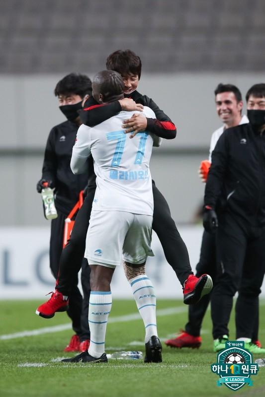 지난 18일 FC서울전 팀의 세번째 골을 넣고 환호하는 팔라시오스와 김기동 포항 감독. 한국프로축구연맹