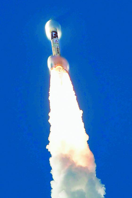 20일 오전 일본 남서부 다네가시마 우주센터에서 아랍에미리트(UAE)의 화성탐사선 아말호가 미쓰비시중공업의 H2-A로켓에 실려 발사됐다. 내년 2월 화성 궤도에 도착한다. [로이터=연합뉴스]