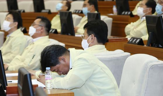 대전시의회에서 의장선거가 부결되자 한 시의원이 고개를 숙이고 있다. [뉴스1]