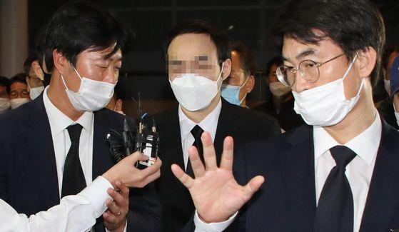 고 박원순 서울시장의 아들 박주신 씨가 11일 아버지 빈소가 마련된 서울대학병원 장례식장에 들어오고 있다. 연합뉴스
