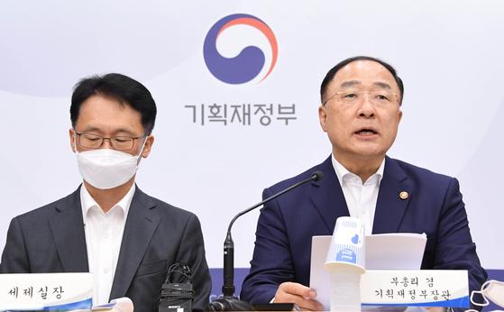 홍남기 부총리 겸 기획재정부장관이 2020년 세법개정안에 대해 설명하고 있다. 기획재정부