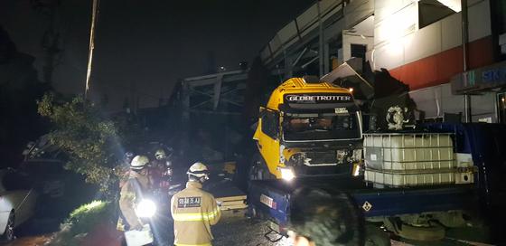 21일 오후 8시 51분께 인천시 서구 화학제품 업체 에스티케이케미칼 공장에서 탱크로리 폭발 사고가 났다. 사진은 사고 현장 모습. 연합뉴스