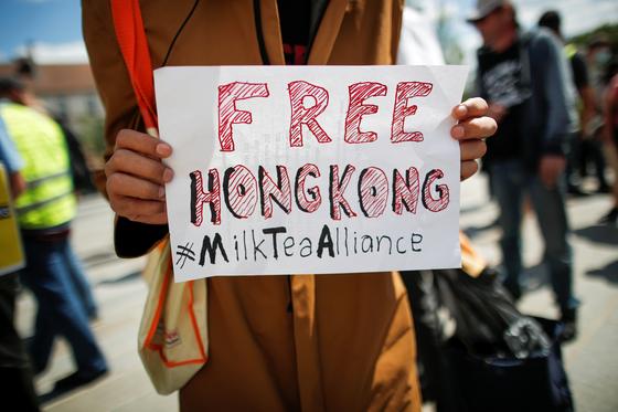 지난 11일 홍콩에서 한 시위자가 중국이 시행한 보안법에 대한 우려를 담은 푯말을 들고 있다. 자유 홍콩이라는 단어와 함께 밀크티연맹이라는 해시태그가 눈에 띈다. 밀크티연맹은 홍콩, 대만, 태국처럼 밀크티를 즐겨마시는 국가들이 힘을 합쳐 홍콩을 도와주자는 의미로 생겨난 신조어다. [로이터=연합뉴스]