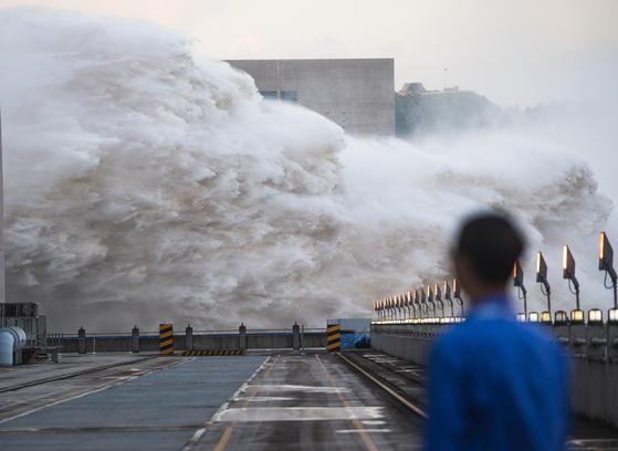 19일 중국 후베이성 이창시에 위치한 싼샤댐에서 물이 솓구쳐 오르고 있다. [신화=연합뉴스]