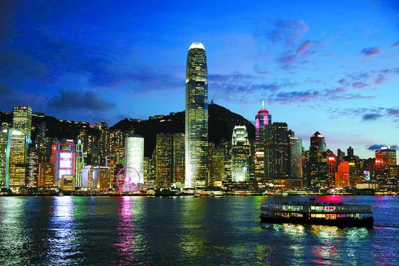 고층빌딩이 즐비한 홍콩 빅토리아항. 불야성을 이루던 홍콩의 야경이 어둠에 잠길 위기에 처했다. 홍콩 국가보안법 발효 이후 홍콩을 떠나는 기업인·투자자가 늘고 있어서다. [EPA=연합뉴스]