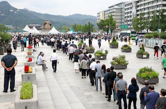 시민들이 12일 오전 서울 종로구 광화문광장에 마련된 고 백선엽 장군 국민장 시민 분향소를 찾아 조문하고 있다. 우상조 기자