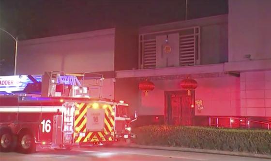 21일(현지시간) 미국 텍사스주 휴스턴 시내에 있는 중국 총영사관 앞에 소방차가 출동해 있다. 이날 총영사관 안마당에서 직원들이 서류를 태우면서 불길이 치솟자 소방관들이 출동해 건물 밖에서 대기했다. [AP=연합뉴스]