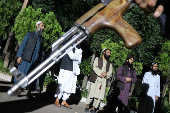지난 6월 아프가니스탄에서 탈레반 반군 포로들이 석방되고 있다. EPA=연합뉴스
