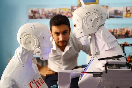 이집트에서 코로나19 진단 검사가 가능한 휴머노이드 로봇이 개발됐다. 이 로봇을 개발한 마무드 엘 코미 씨가 로봇을 지켜보고 있다. [신화통신=연합뉴스]