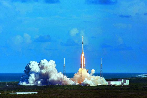 우리나라 최초의 군사 전용 통신위성 '아나시스 2호'가 21일 오전 미국 플로리다주 케이프 커내버럴의 케네디 우주센터에서 발사되고 있다. [사진 방위사업청]
