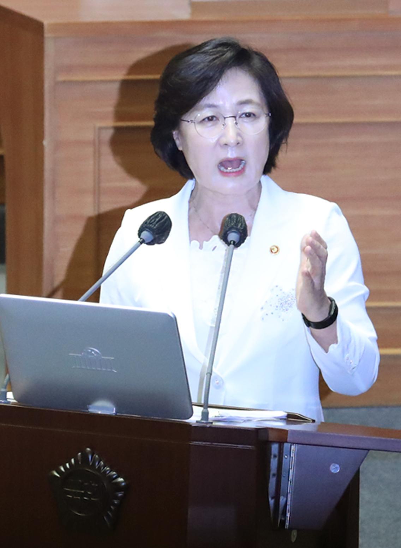 추미애 법무부 장관이 22일 국회 본회의에서 열린 정치·외교·통일·안보에 관한 대정부질문에 참석, 답변하고 있다. 연합뉴스