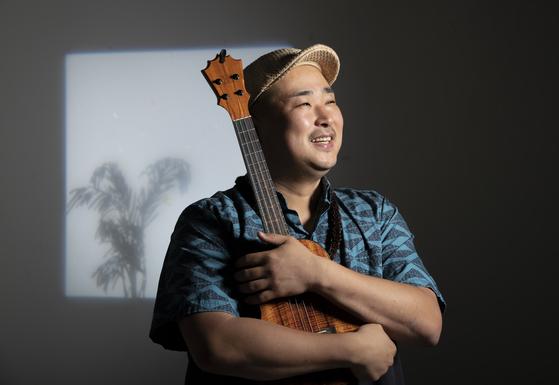 하와이 음악을 하는 뮤지션 케코아가 우쿨렐레를 안고 있는 모습. 케코아는 하와이어로 나무 혹은 전사를 뜻한다. 권혁재 사진전문기자