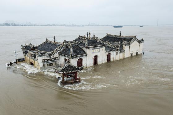 19일 기록적인 폭우로 엄청난 피해를 입고 있는 중국 중부 후베이성 우한 양쯔강에 위치한 700년 된 옛 절 관잉(關英)사원이 물에 잠겨있다. [AFP=연합뉴스]