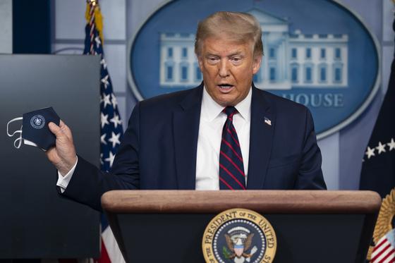 """도널드 트럼프 미국 대통령이 21일(현지시간) 백악관에서 석달 만에 코로나19 정례 브리핑을 재개했다. 그는 """"상황이 더 나아지기 전에 악화할 것""""이라고 말했다. [AP=연합뉴스]"""
