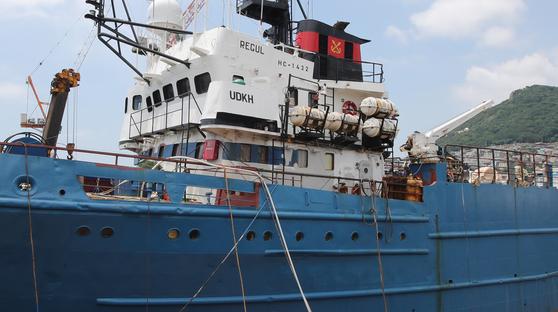 지난 8일 부산 감천항에 입항한 러시아 선박 레귤러호로 선원 29명 중 17명이 코로나 19 확진판정을 받았다. 송봉근 기자