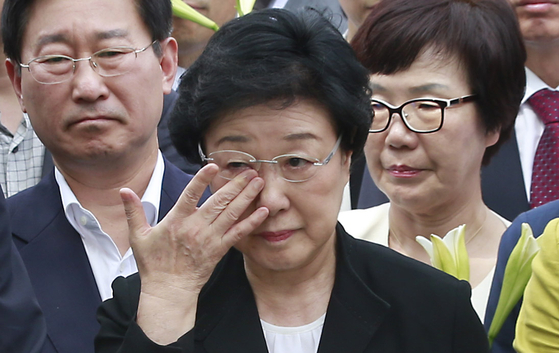 한명숙 전 총리가 2015년 8월24일 경기 의왕시 서울구치소 앞에서 지지자들을 만나 인사를 한 뒤 눈물을 흘리는 모습. [연합뉴스]