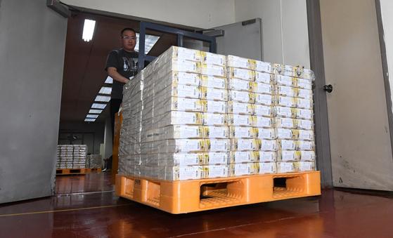 한국은행 강남본부에서 관계자가 자금을 방출하는 모습. 뉴스1