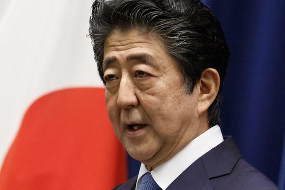 아베 신조 일본 총리가 22일 코로나19 정부 대책본부회의에서 한국을 포함한 아시아 12개국과 왕래 재개 협의를 시작하겠다고 밝혔다. [AP=연합뉴스]