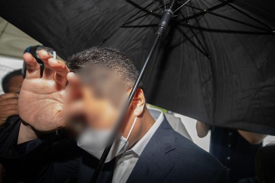 '옵티머스자산운용 펀드환매 중단 사태' 횡령·배임 등의 혐의를 받고 있는 스킨앤스킨 고문 유모씨가 22일 오전 서울 서초구 서울중앙지방법원에서 열린 영장실질심사에 출석하고 있다. [뉴스1]