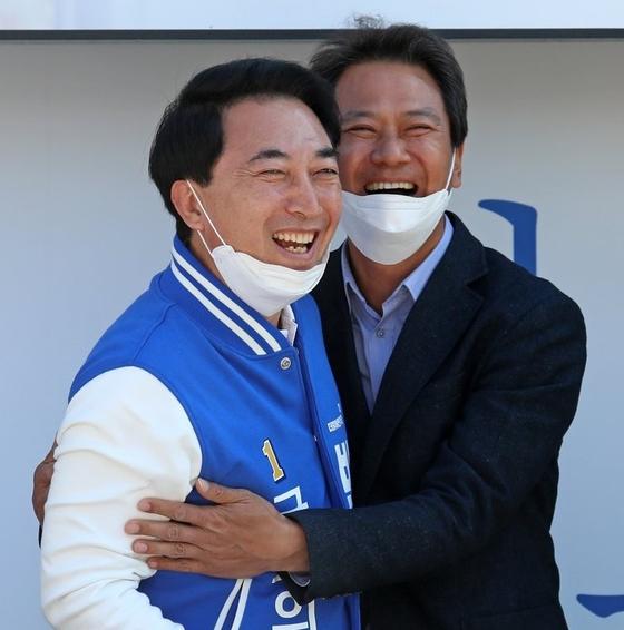 박수현 전 청와대 대변인(왼쪽)과 임종석 전 대통령 비서실장이 제21대 총선 기간 함께 선거 유세를 하고 있다. 연합뉴스